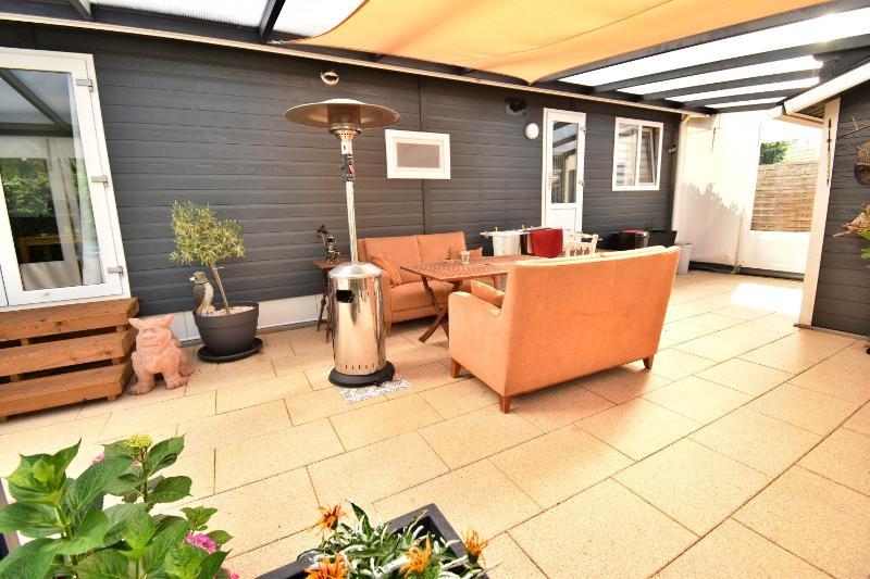 Sitzgelegenheiten auf der überdachten Terrasse
