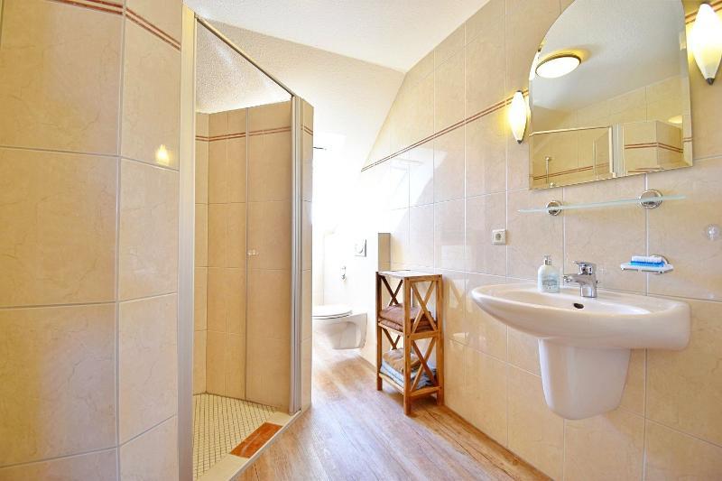 Badezimmer mit großzügiger Dusche im Dachgeschoss