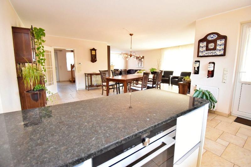 Blick aus der offenen Küche in Richtung Ess- und Wohnbereich