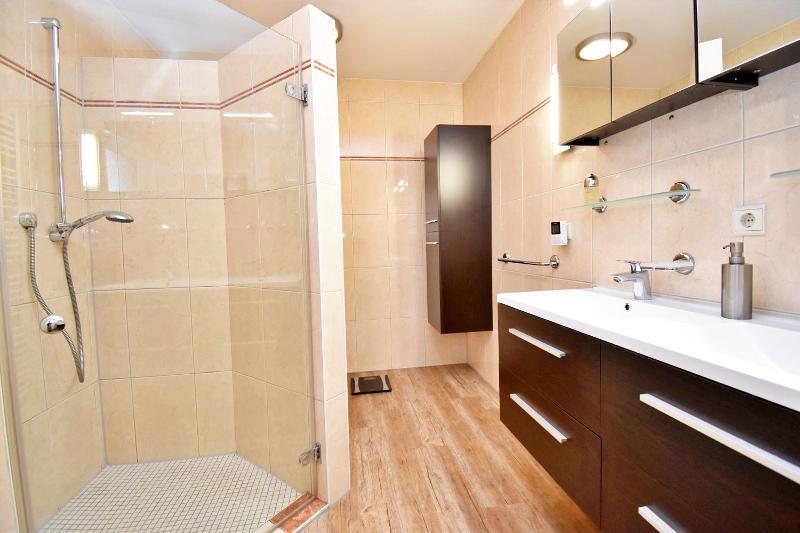 Bad en Suite im Erdgeschoss mit großer Dusche