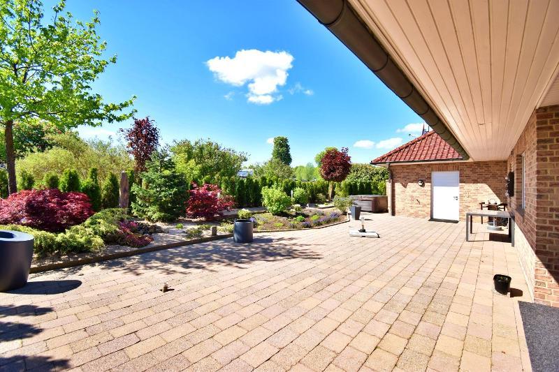 Blick auf die Terrasse und den pflegeleichten Garten