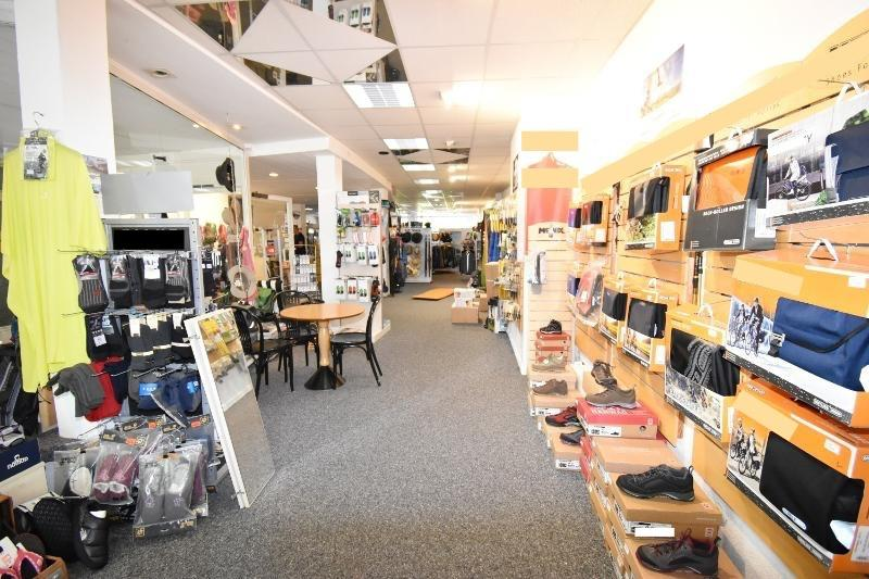 Blick vom rechten Schaufenster in das Ladenlokal