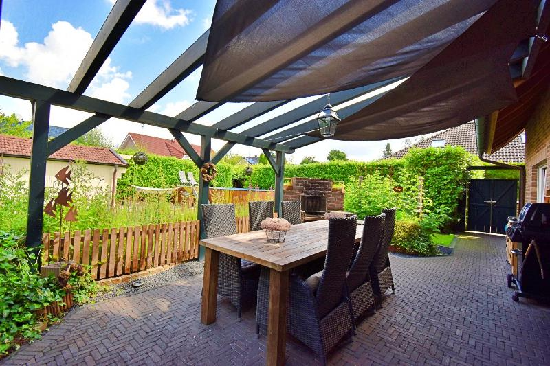 Überdachte Terrasse mit gemauerter Grillstelle