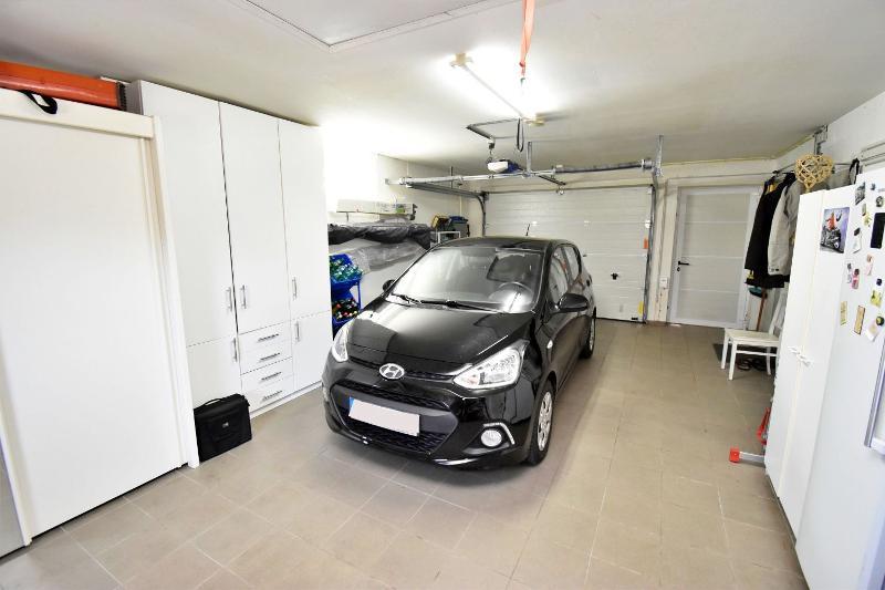Großzügige Garage mit Zugang zum HWR und Terrassenbereich