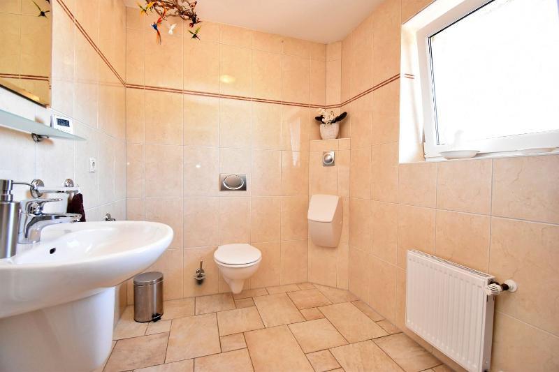 Gäste-WC mit Pissoir im Eingangsbereich