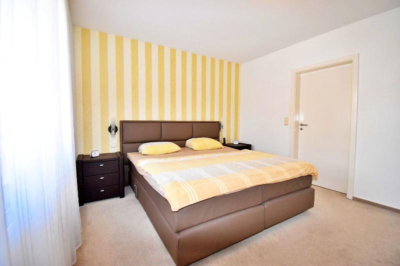 Großzügiges Elternschlafzimmer im Erdgeschoss mit Bad en Suite